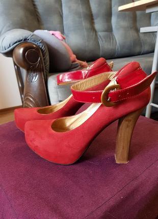 Красные замшевые туфли на каблуке2 фото