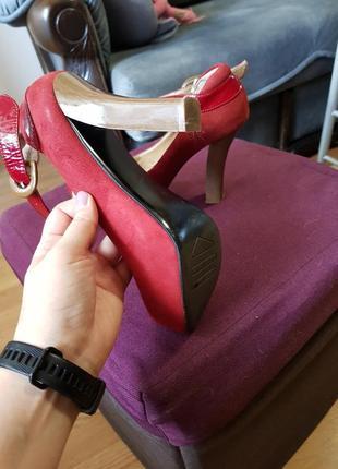 Красные замшевые туфли на каблуке4 фото