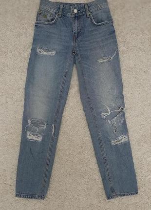 Рваные голубые джинсы