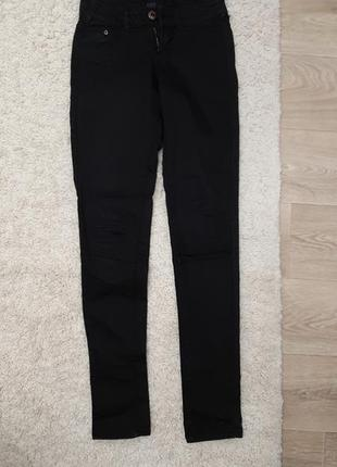 Черные skinny джинсы с заводской дыркой на колене