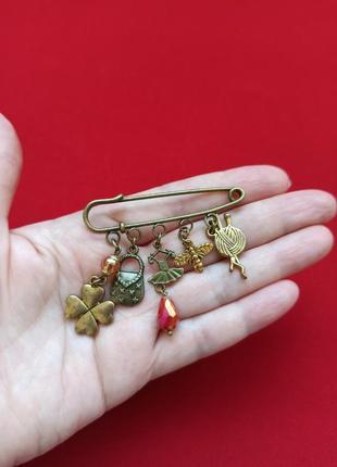 Волшебный клубок ниток в броши  талисмане для мастеров вязания