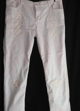 Красивые белые джинсы аппликацией ( made in pakistan )