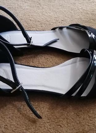 Актуальны чёрные балетки с ремешком и острым носом от asos