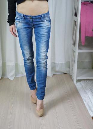 Крутые джинсы с очень низкой посадкой