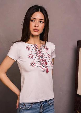 Белая футболка вышиванка с красным геометрическим орнаментом