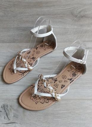 Белые босоножки сандалии на низком ходу