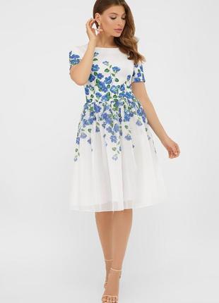Легкое белое платье с синими цветами