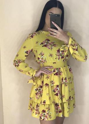 Платье с рюшами и вырезом на спинке