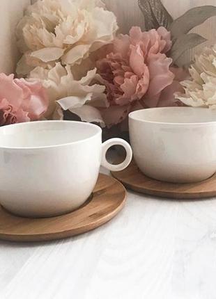Керамические чашки на бамбуковых подставках