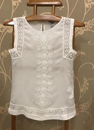 Очень красивая и стильная брендовая блузка белого цвета...100% вискоза.