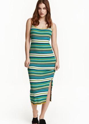 Платье вязки резинкой, разрез с одного боку