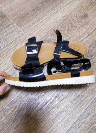 Босоножки-сандалии чёрные и белые