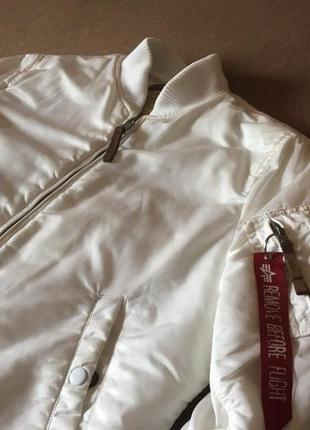 Белый бомбер alpha industries куртка