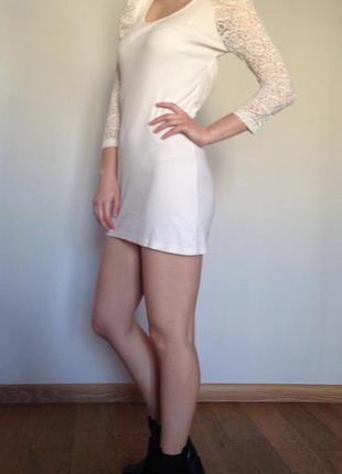 Кремовое платье с кружевными рукавами и спинкой