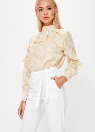 Воздушная бежевая блузка с рюшами длинный рукав missguided
