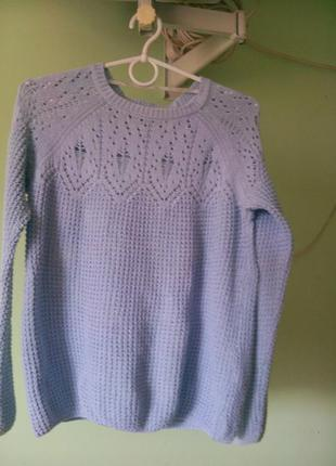 Весенний свитер небесно голубого цвета.