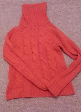 Теплый свитер с горлом и косами