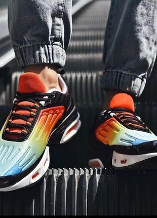 Яркие модные кроссовки из качественных материалов для спорта