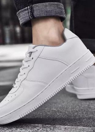 Белые классические кроссовки мужские
