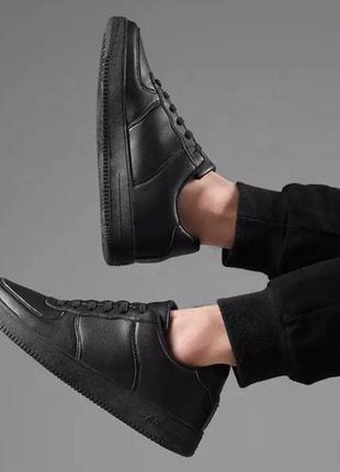 Чёрные и белые классические кроссовки под nike