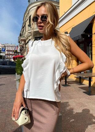 Белая стильная блузка с воланами