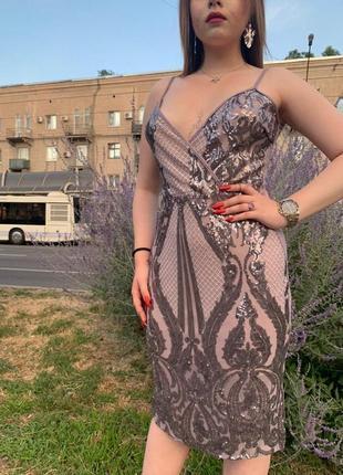 Бежевое платье футляр с серебряными пайетками и v вырезом на запах