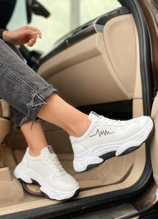 Кроссовки белы на массивной подошве