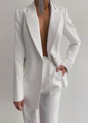 Классический белый костюм на пуговках