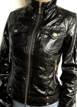 Демисезонная лаковая курточка с золотой фурнитурой
