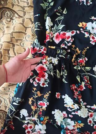 Платье черное в цветочный принт