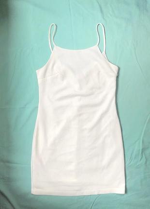 Белое платье на тонких бретельках7 фото