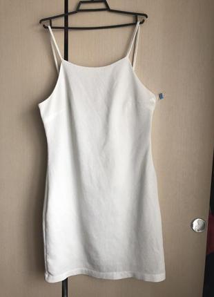 Белое платье на тонких бретельках10 фото