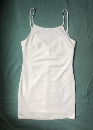 Белое платье на тонких бретельках1 фото