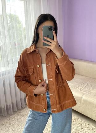 Джинсовый укорочённый пиджак кирпичного цвета
