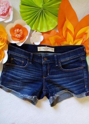 Удобные джинсовые шорты, с карманами, застегиваются на молнию.
