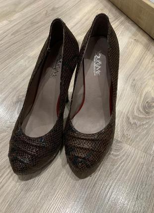 Кожаные туфли на каблуке в стильные змеиный принт