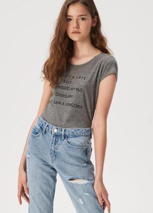 Хлопковая серая футболка с надписью