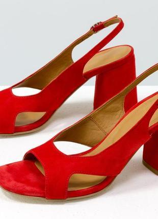 Замшевые оригинальные босоножки на каблуке