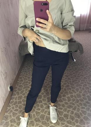 Классические офисные брюки темно-синие
