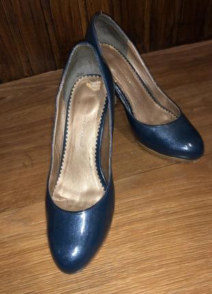 Синие блестящие туфли на среднем каблуке