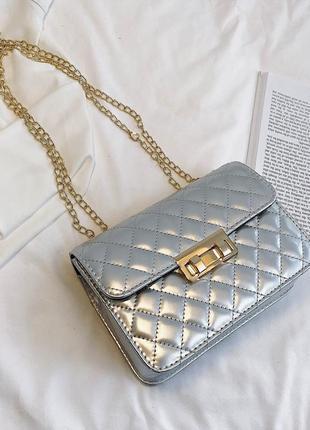 Серебристая сумка сумочка на цепочке в стиле chanel