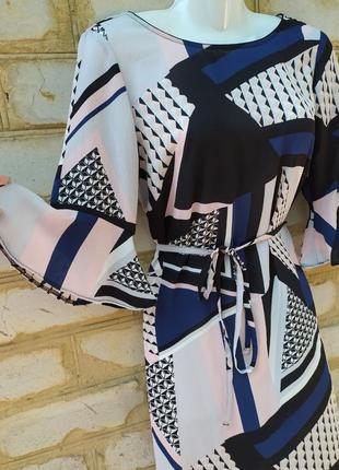 Платье с воланом и полугруглым низом.