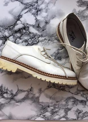 Модные оксфорды женские туфли в строгом стиле белого цвета кожа