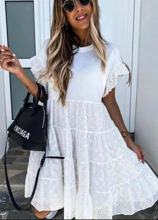 Расклешенное белое платье с кружевом