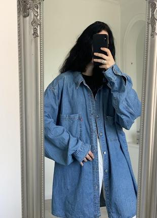 Крутая оверсайз синяя деним рубашка levis с потертостями