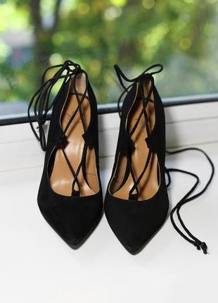 Туфли на высоком каблуке с острым носом на шнуровке