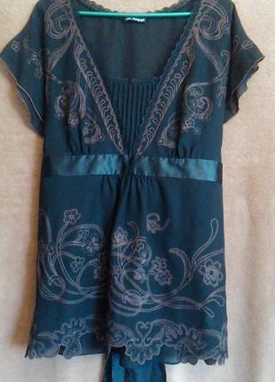 Кружевная блуза-двойка с вышивкой и атласным поясом.