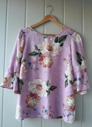 Розовая блузка с цветочным принтом