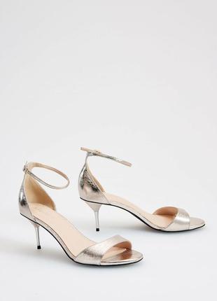 Скидка только 5.08 серебряные туфли из глянцевой экокожи на высоком каблуке   mohito