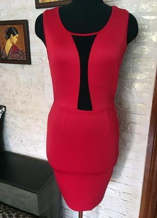 Красное платье со вставками сетки